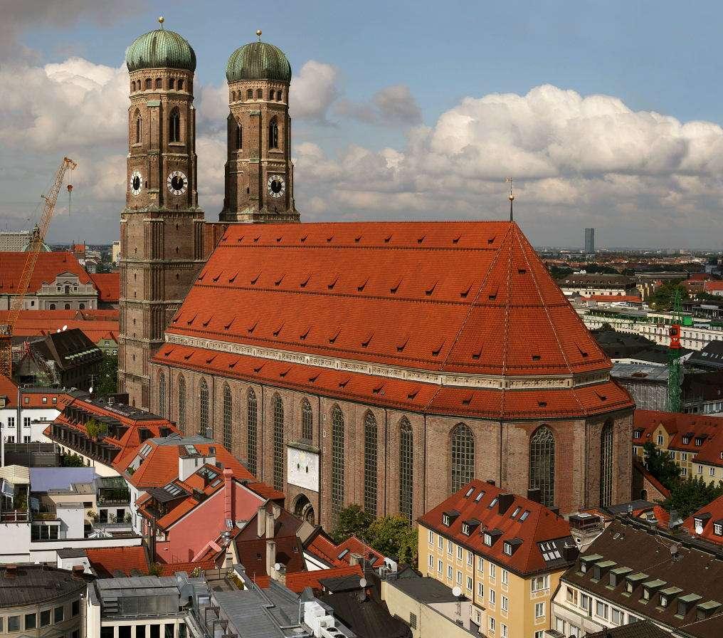 Katedra w Monachium (Niemcy) - Najbardziej charakterystycznym punktem Starego Miasta w Monachium jest mieszcząca się w okolicach Marienplatz Katedra Najświętszej Maryi Panny. Jest to zarazem główna świątynia w mieście. Kat (8×7)