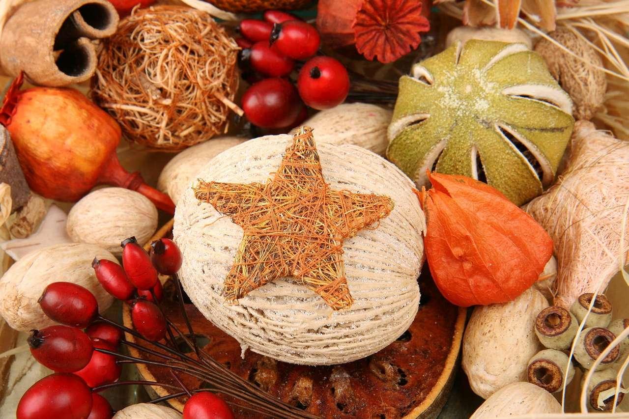 Ozdoby świąteczne - Wszelkie ozdoby są nieodzownym elementem każdych świąt, szczególnie okresu Bożego Narodzenia. Tradycja mówi, iż w tym czasie w domu nie może zabraknąć choinki ubranej w kolorowe łańcuchy, (12×8)