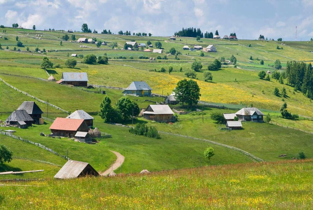 Wieś w Górach Zachodnich (Rumunia) - Góry Zachodnie, nazywane też Zachodniorumuńskimi lub Górami Apuseni, to łańcuch górski Karpat leżący na obszarze Rumunii. Apuseni są prawdziwym rajem dla miłośników górskich wędrówek (14×5)