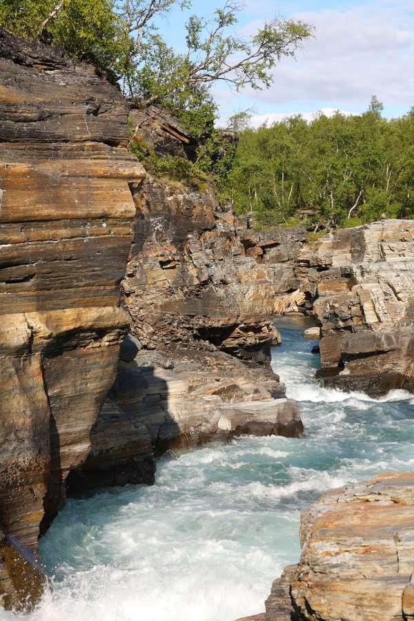Rzeka w Parku Narodowym Abisko (Szwecja) - Szwedzki Park Narodowy położony w okolicach wsi Abisko to jedna z najbardziej znanych atrakcji turystycznych kraju. Park znany jest w świecie z malowniczych formacji skalnych, tworzących piękne k (8×12)