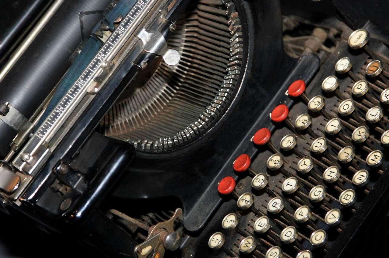 Stara maszyna do pisania - Maszyna do pisania to wynalezione w XIX wieku urządzenie, służące do drukowania znaków na papierze za pomocą naciskania odpowiednich klawiszy. Współcześnie istniejące maszyny - jeśli nie zo (10×7)