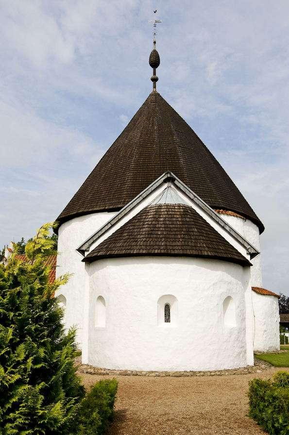 Nowy Kościół w Nyker (Dania) - Nowy Kościół (Ny Kirke) to rotunda znajdująca się we wsi Nyker na wyspie Bornholm. Świątynia powstała na przełomie XII i XIII wieku (jest ona najmłodszą rotundą na Bornholmie). Kościół (5×7)