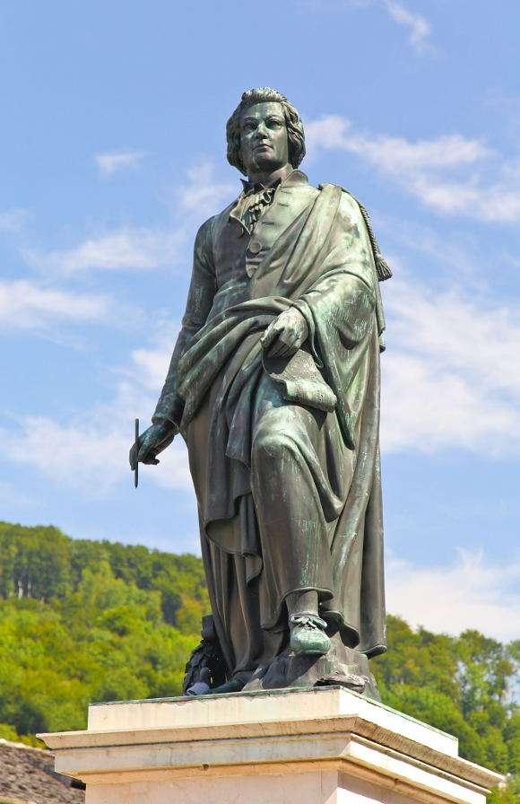 Pomnik Mozarta w Salzburgu (Austria) - Salzburg jest rodzinnym miastem jednego z najsłynniejszych kompozytorów w historii, Wolfganga Amadeusza Mozarta. Mozart nie tylko tutaj się urodził, ale również wychowywał i właśnie w Salzbur (5×8)
