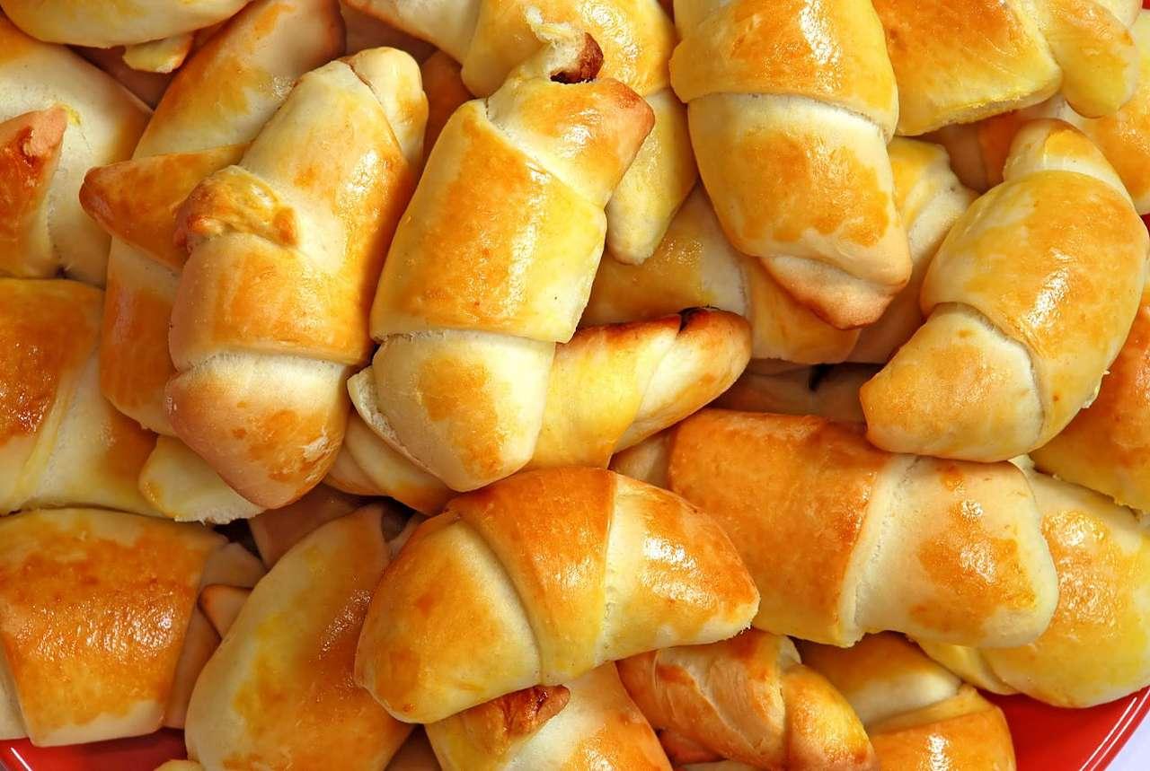 Rogaliki drożdżowe - Rogaliki drożdżowe to jeden z najpopularniejszych na świecie rodzajów słodyczy. Rogaliki charakteryzują się określonym, księżycowatym kształtem. Ich smak jest uzależniony przede wszystkim (16×11)