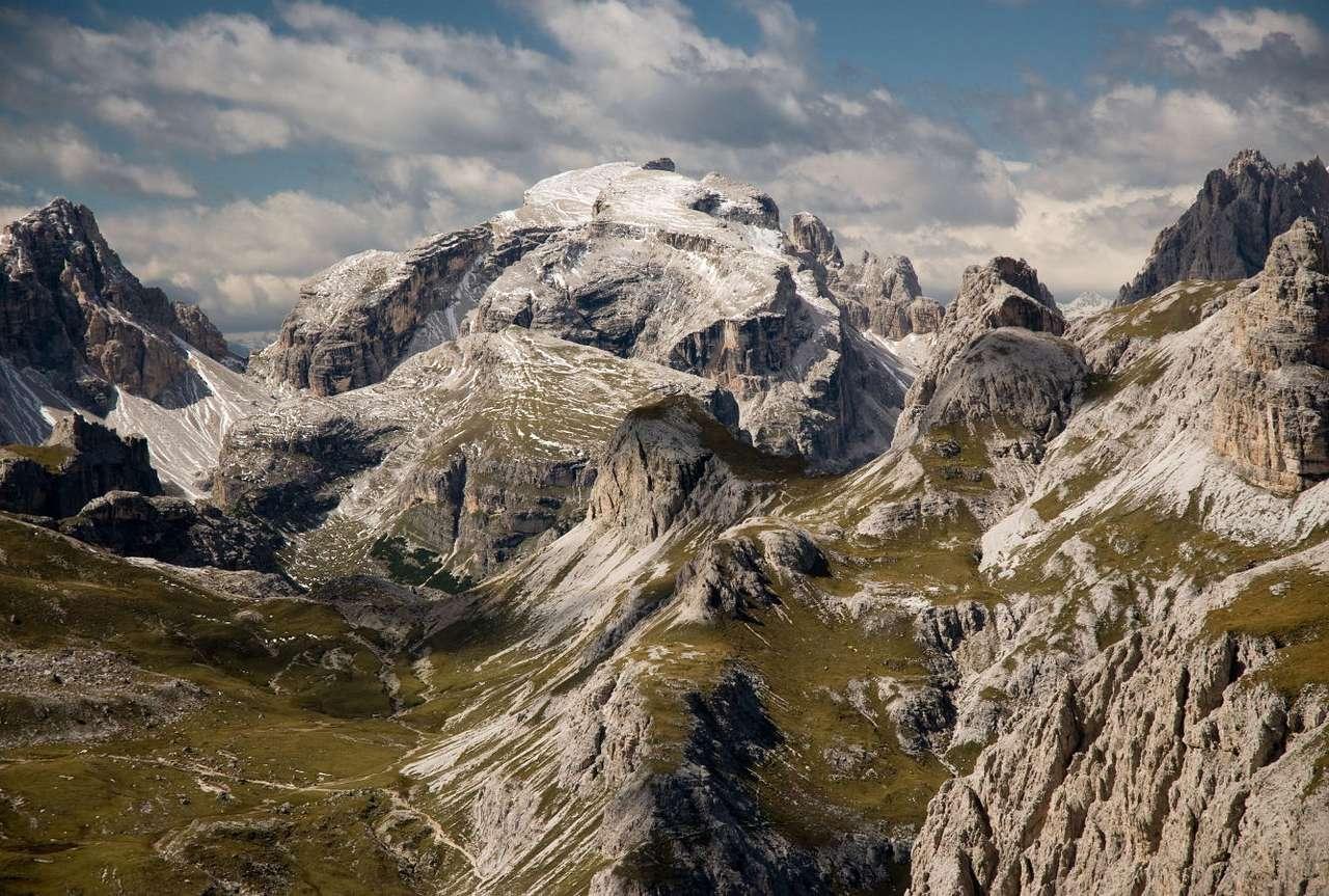 Alpejski krajobraz w Tyrolu Południowym (Włochy) - Tyrol to region w zachodniej Austrii i północnych Włoszech, rozciągający się w paśmie Alp Wschodnich. Cały Tyrol jest krainą górzystą. W Tyrolu Południowym znajduje się piękne wapienne p (15×10)