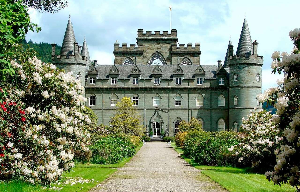 Zamek Inveraray (Wielka Brytania) - Położony w zachodniej Szkocji Zamek Inveraray jest siedzibą naczelników klanu Campbell. Budynek wzniesiony został w XVIII wieku w pobliżu dawnej twierdzy. Przy okazji budowy zamku wyburzona zost (11×7)