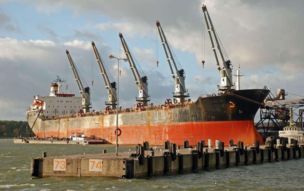 """Załadunek statku w Kłajpedzie (Litwa) - Kłajpeda, litewskie miasto leżące na wybrzeżu Bałtyku, to najważniejszy port w kraju, nazywany """"wodną bramą Litwy"""". Port w Kłajpedzie, obsługujący zarówno morskie statki pasażerskie, jach (11×7)"""