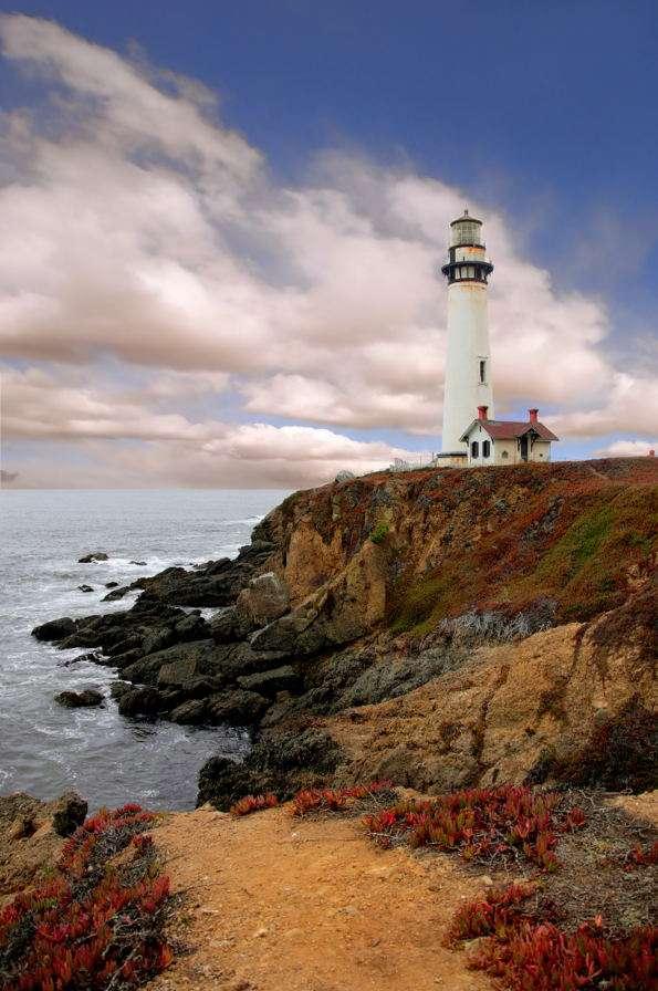 Latarnia morska Pigeon w Kalifornii (USA) - Latarnia morska Pigeon znajduje się nad brzegiem Pacyfiku w pobliżu miasta Pescadero w Kalifornii. Budowla wzniesiona została w roku 1871, kilka lat po tym, jak w miejscu tym zatonął statek Carri (5×7)