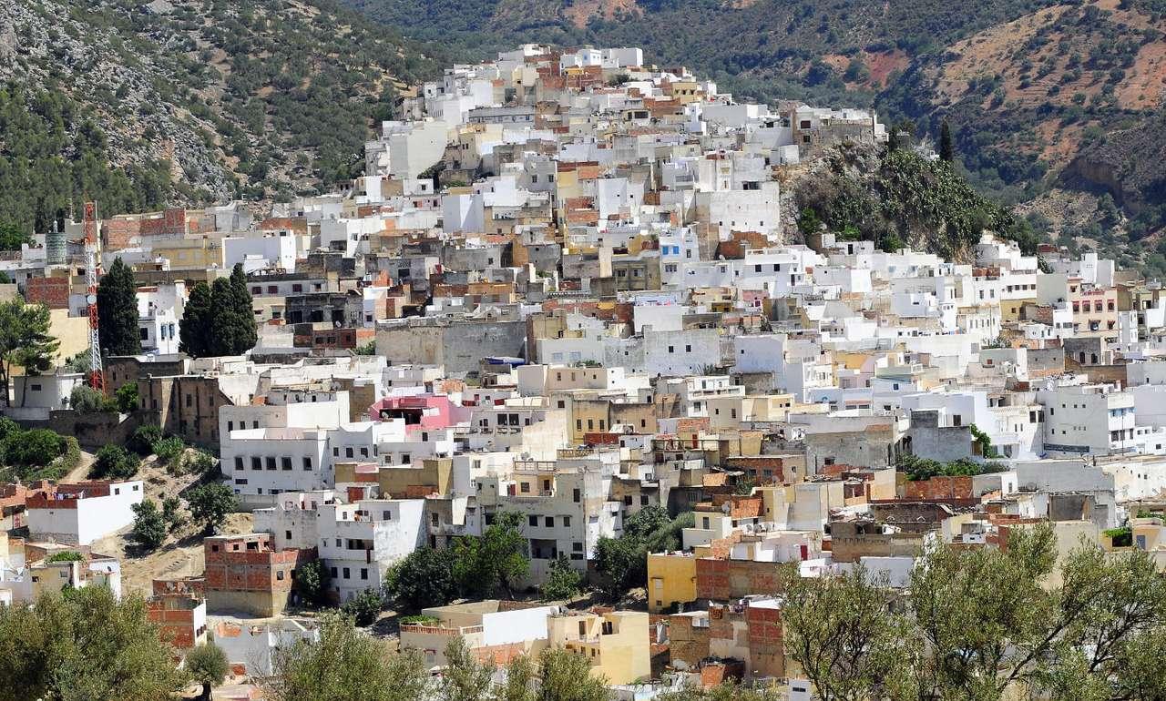 Mulaj Idris (Maroko) - Mulaj Idris to miasto w Maroku, znajdujące się na szczycie wzgórza Rif. Jego nazwa pochodzi od imienia Mulaja Idrisa, króla Maroka (w centrum znajduje się jego mauzoleum). Miasto uznawane jest pr (17×10)
