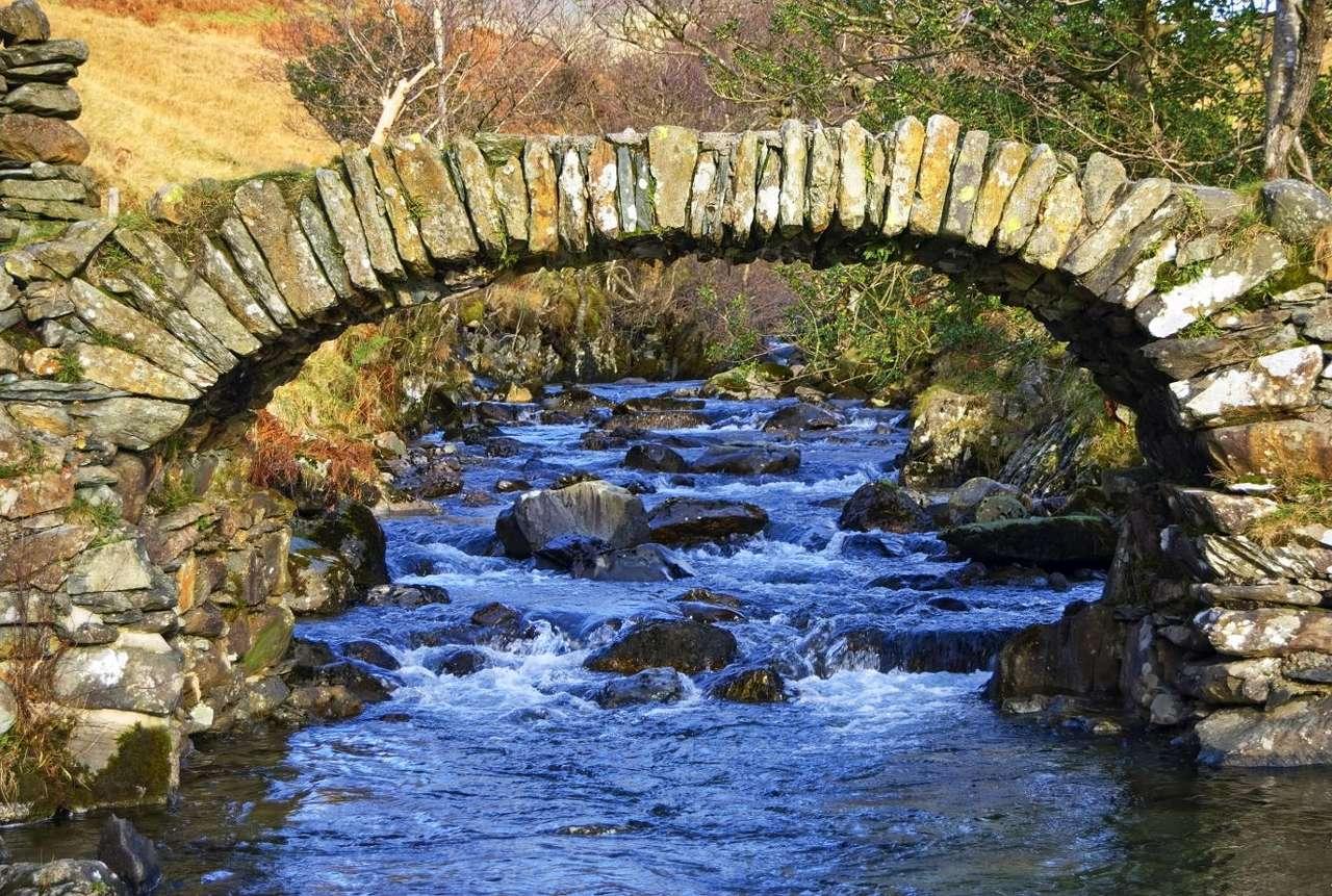 Most w okolicach Ambleside (Wielka Brytania) - Stary most, zbudowany nad strumieniem w okolicach angielskiej wsi Ambleside, jest jednym z najlepiej zachowanych dawnych, ciężkich mostów służących do przewozu ładunków na koniach. Kamienny mo (12×8)