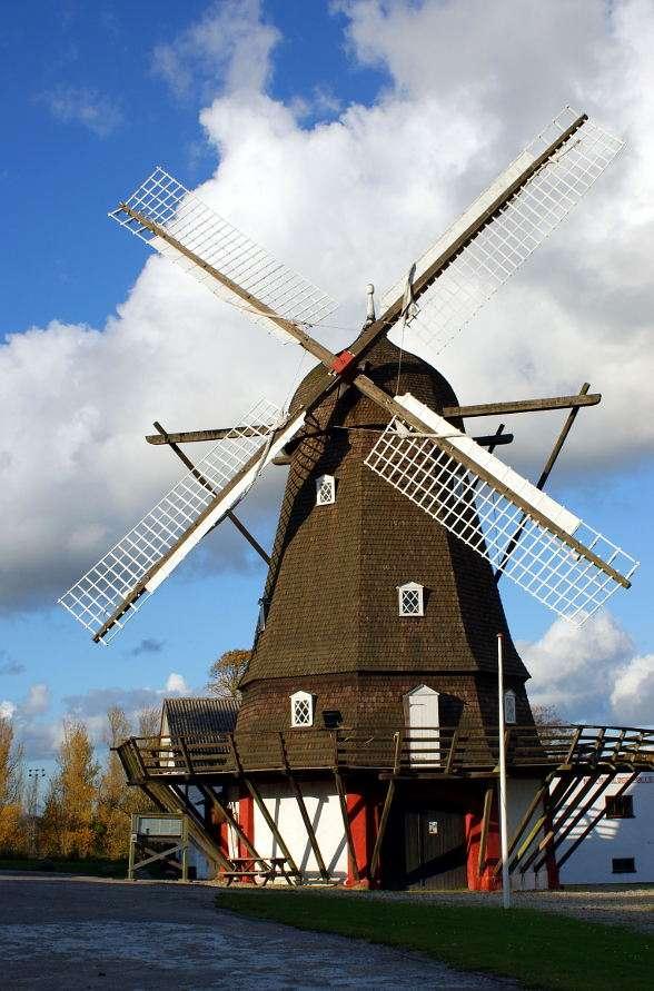 Młyn Norre Jernlose (Dania) - Młyn Norre Jernlose to zbudowany w 1853 roku przy Cieśninie świętego Piotra w Kopenhadze wiatrak w stylu holenderskim. To jeden z najlepiej zachowanych tego typu młynów w Europie. Młyn, po wiel (7×11)