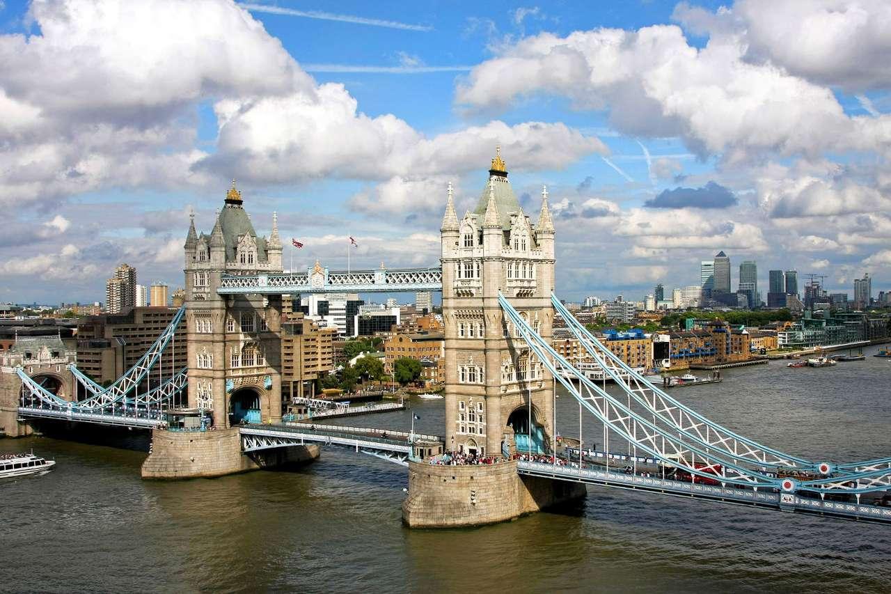 """Tower Bridge w Londynie (Wielka Brytania) - Tower Bridge, czyli """"Most Wieżowy"""", to jeden z najbardziej charakterystycznych punktów w Londynie, od którego wielu turystów rozpoczyna zwiedzanie miasta. Tower Bridge jest mostem zwodzonym, popro (15×10)"""