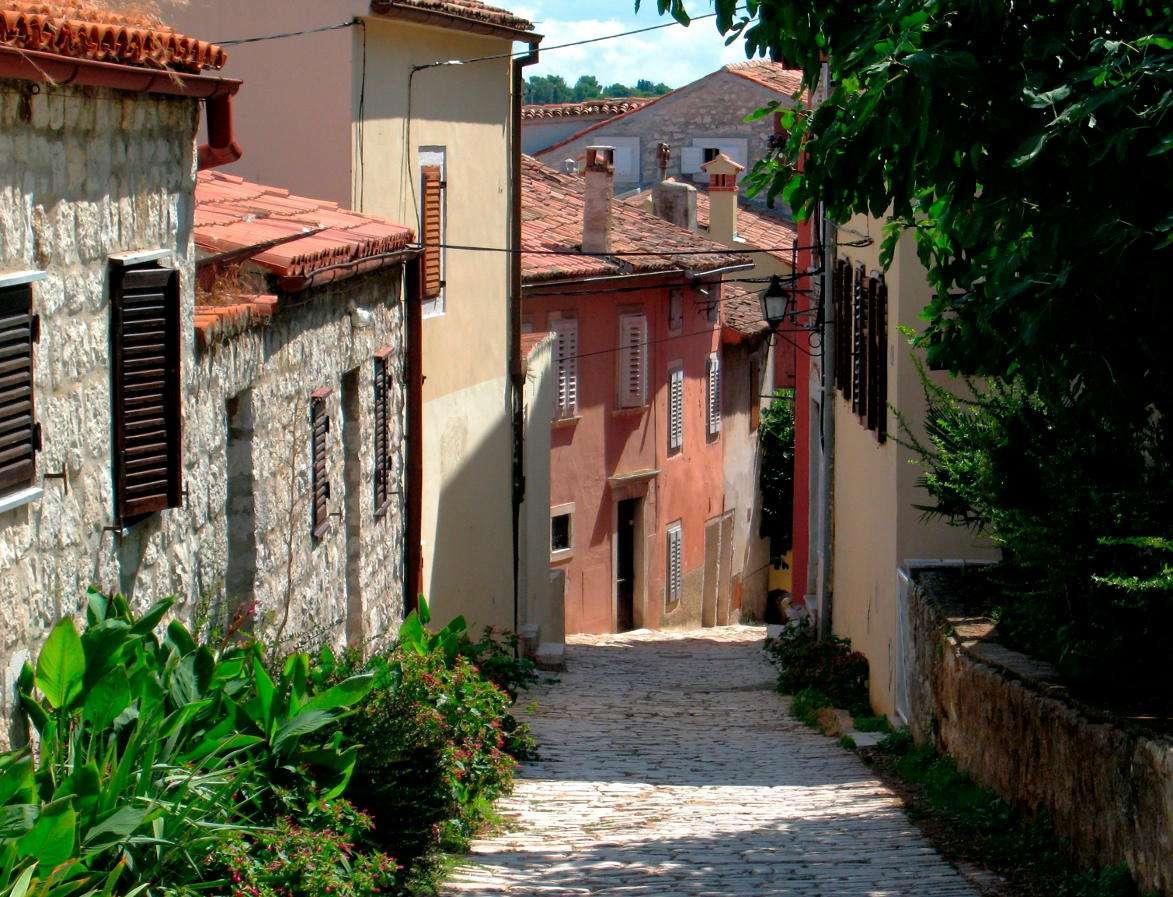 Uliczka w Rovinj (Chorwacja) - Rovinj to chorwackie miasto leżące na półwyspie Istria nad Morzem Adriatyckim. Miasto powstało już w VII wieku p.n.e., jego rozwój przypada na czasy rzymskie. Od XIII wieku Rovinj rządzili Wen (17×13)