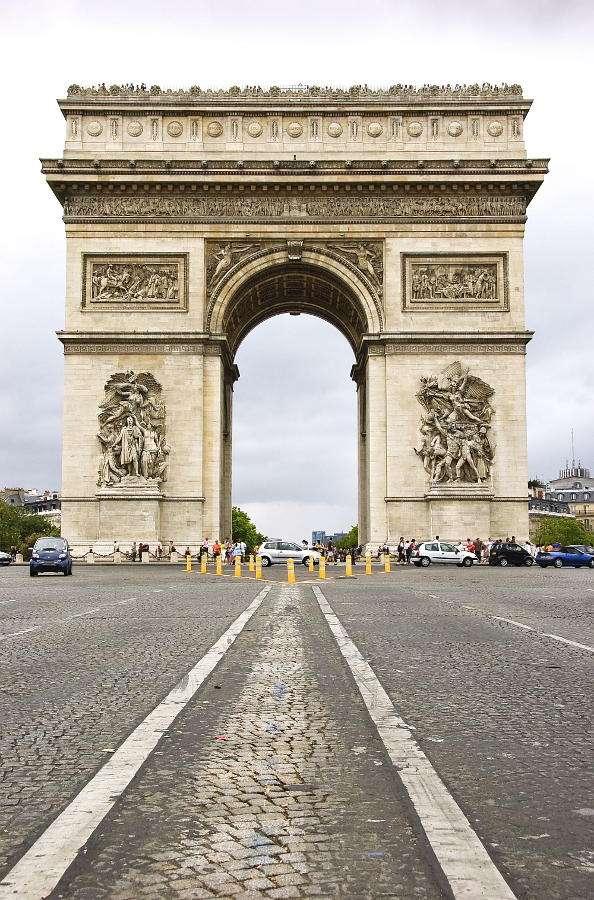 Widok Łuku Triumfalnego z Pól Elizejskich (Francja) - Paryski Łuk Triumfalny, widziany od strony głównej ulicy miasta, jaką są Pola Elizejskie, robi niesamowite wrażenie. Potężna, ponad 50-cio metrowa budowla, stojąca w centrum Placu Charles'a d (6×9)