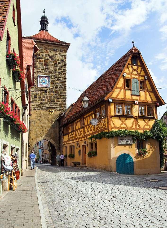 Centrum Rothenburg ob der Tauber (Niemcy) - Rothenburg ob der Tauber to 11-tysięczne miasteczko leżące w Bawarii. Centrum miasta pełne jest zabytków z różnych epok, głównie średniowiecznych i renesansowych. Na uwagę zasługują przed (7×9)