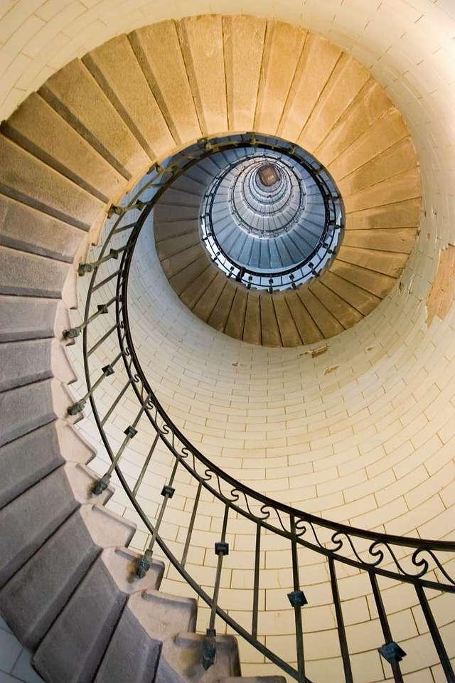 Wnętrze latarni morskiej na Wyspie Vierge (Francja) - Latarnia morska na francuskiej wyspie Vierge zbudowana została w połowie XIX wieku. Na jej szczyt - znajdujący się na wysokości 82,5 metra - prowadzą piękne, kręte schody, składające się z (6×9)