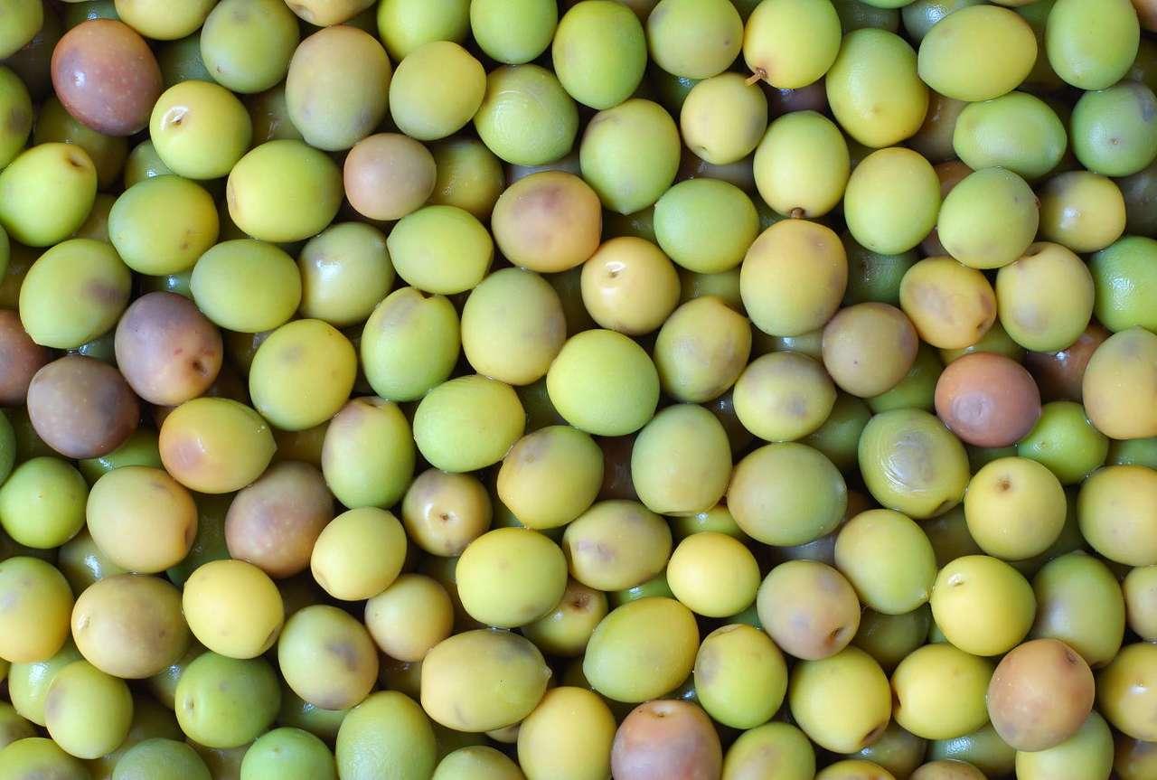 Zielone oliwki - Zielone oliwki to, podobnie jak oliwki czarne, owoce rośliny o nazwie oliwka europejska. Kolor oliwek uzależniony jest od pory zbioru - oliwki zielone zbiera się wcześniej. Oliwki wykorzystywane s (15×10)