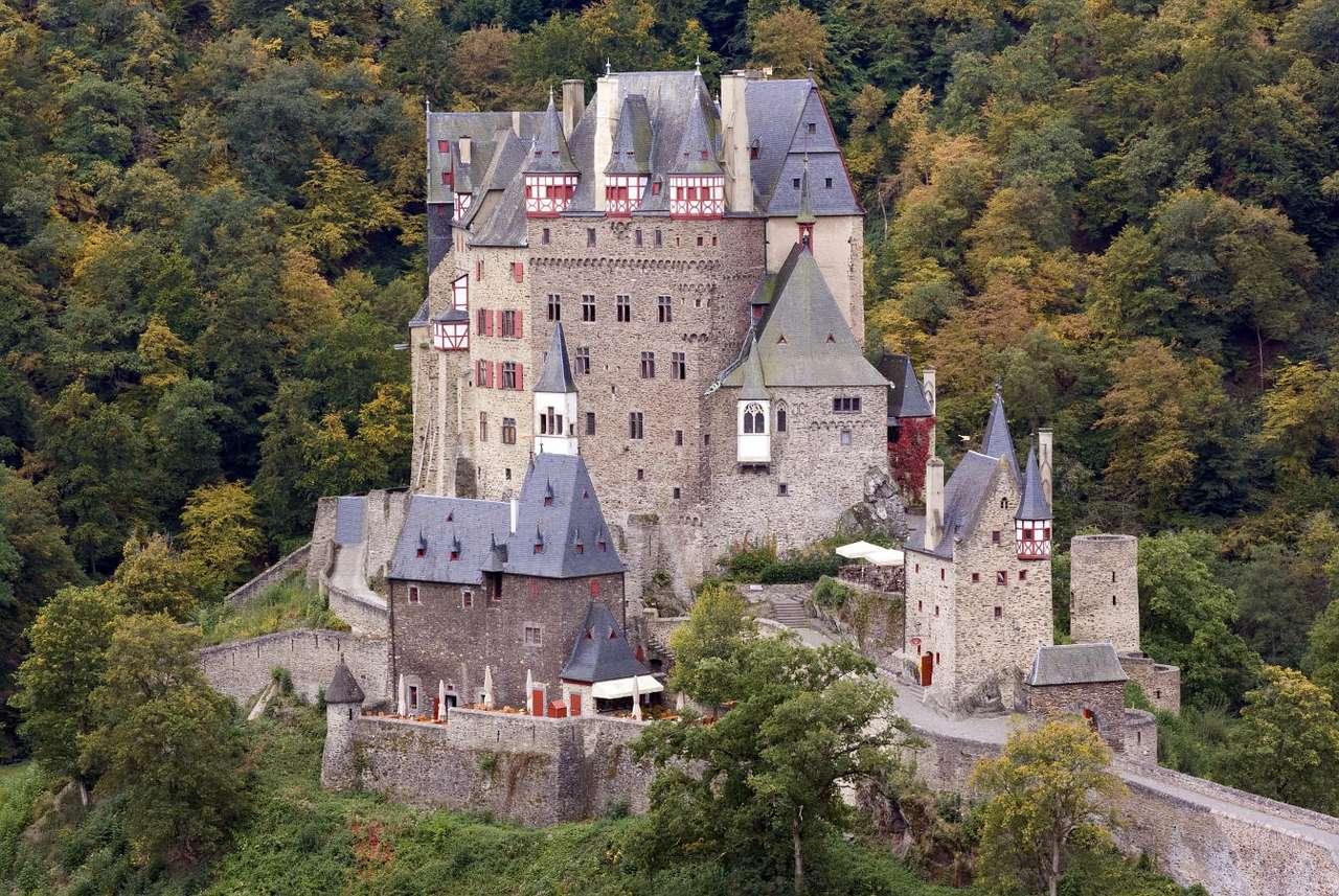 Zamek Eltz (Niemcy) - Zamek Eltz to znajdująca się nad rzeką Elzbach nieopodal miasta Eifel potężna siedziba rodu von Eltz. Zamek, wzniesiony w XII wieku, pełnił funkcję warowni. Był kilkukrotnie przebudowywany. D (14×9)