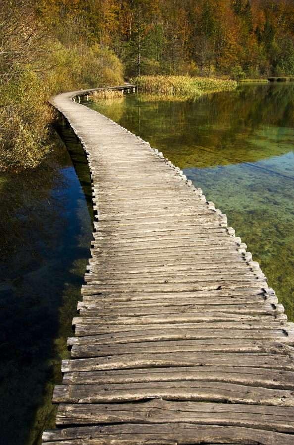 Park Narodowy Jezior Plitwickich (Chorwacja) - Park Narodowy Jezior Plitwickich to leżący 140 kilometrów od Zagrzebia, przy granicy z Bośnią i Hercegowiną, rezerwat założony w 1949 roku. Najważniejszą atrakcją turystyczną parku jest 16 (9×13)