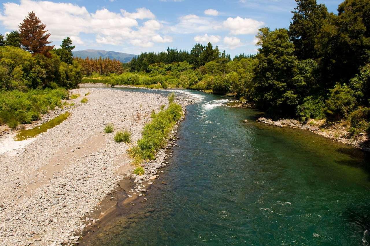 Rzeka Tongariro (Nowa Zelandia) - Tongariro to rzeka na Wyspie Północnej w Nowej Zelandii. Rzeka znajduje się w Parku Narodowym Tongariro, najstarszym rezerwacie kraju. Przepływa ona obok aktywnego wulkanu o tej samej nazwie. Rzek (13×9)