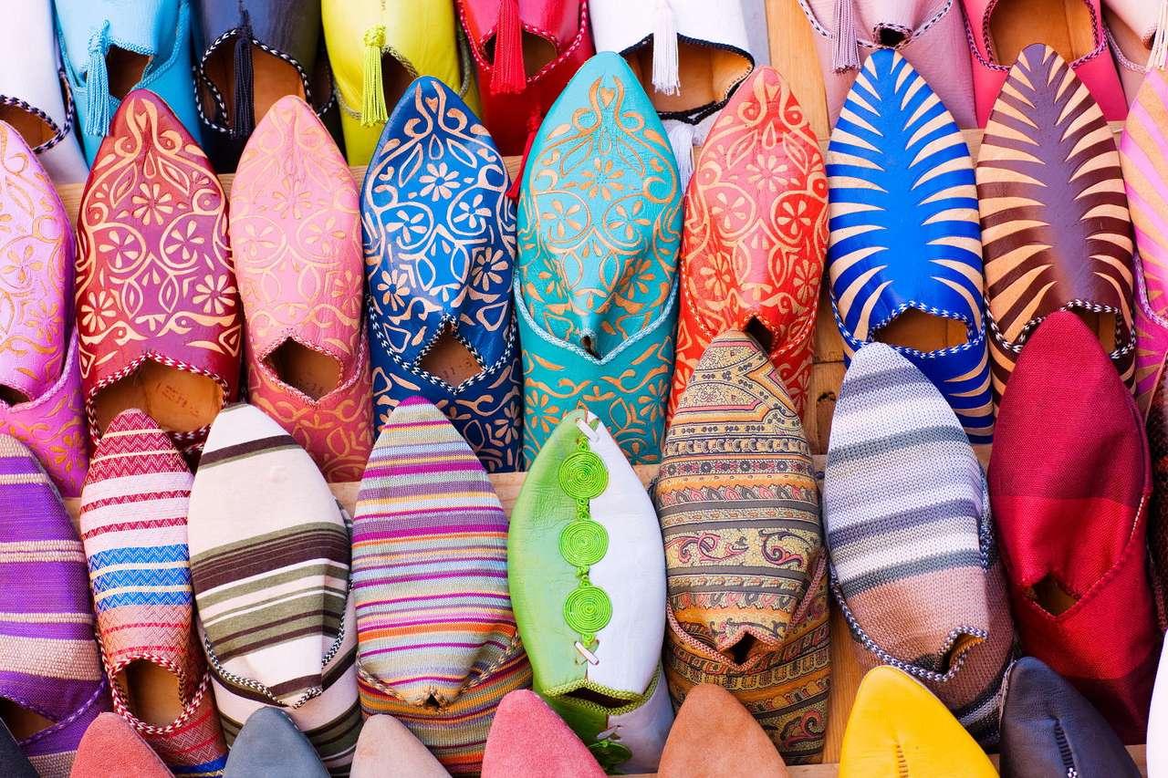 Kolorowe buty arabskie - Sprzedawane na bazarach w niemal każdym zakątku Maroka, jak i całej rozwiniętej części Afryki buty, są jednymi z najważniejszych pamiątek, jakie nabyć można w tamtejszych krajach. Podróżu (24×16)