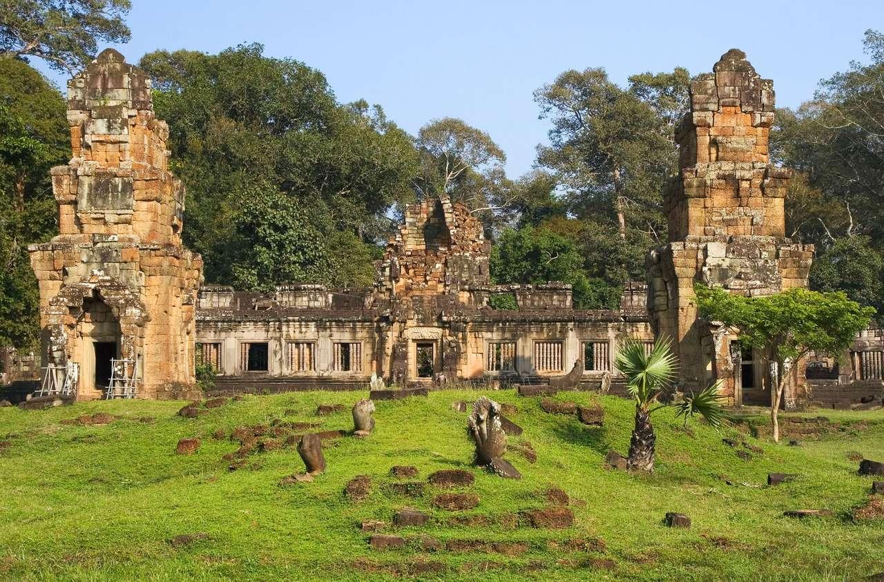 Ruiny Prasat Suor Prat w Angkor Thom (Kambodża) - W Azji spotkać można wiele pozostałości po dawnych cywilizacjach. Jedną z ciekawszych jest Prasat Suor Prat w Angkor Thom. Ruiny monumentalnej budowli w Kambodży tworzą wokół siebie aurę mis (11×5)