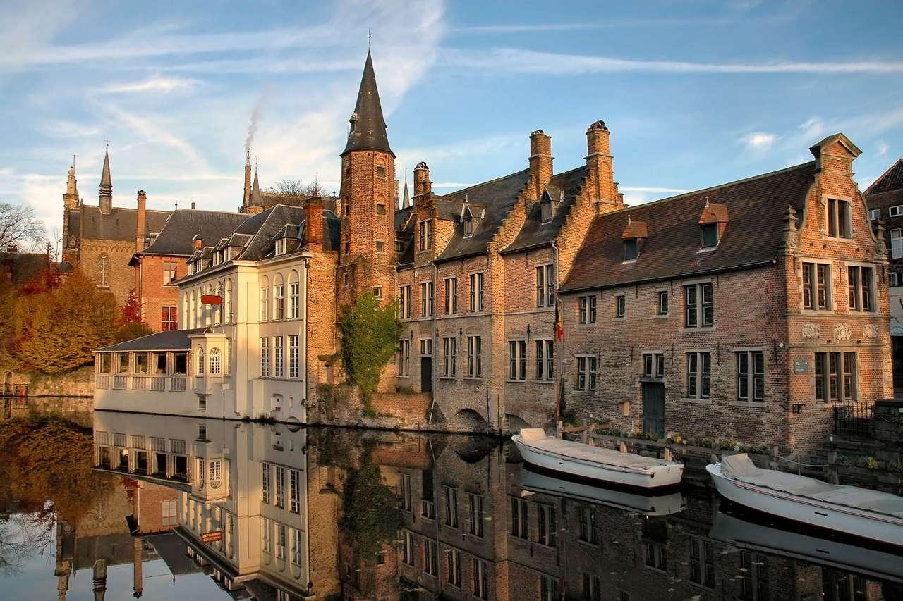 Kanały w Brugii (Belgia) - W średniowieczu kanały brugijskie stanowiły ważny element transportowy miasta. To właśnie dzięki kanałom prowadzono handel z terenami położonymi wokół Morza Śródziemnego. Dziś kanały w (12×8)