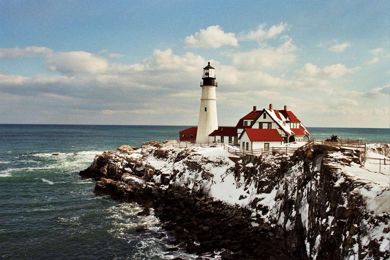 Latarnia Morska w Portland (USA) - Head Light to zabytkowa latarnia morska, w której dziś mieści się muzeum morskie. Latarnie miały za zadanie oznaczać statkom drogę na otwarty ocean. Dziś latarnia w Portland jest ciekawym obie (7×5)
