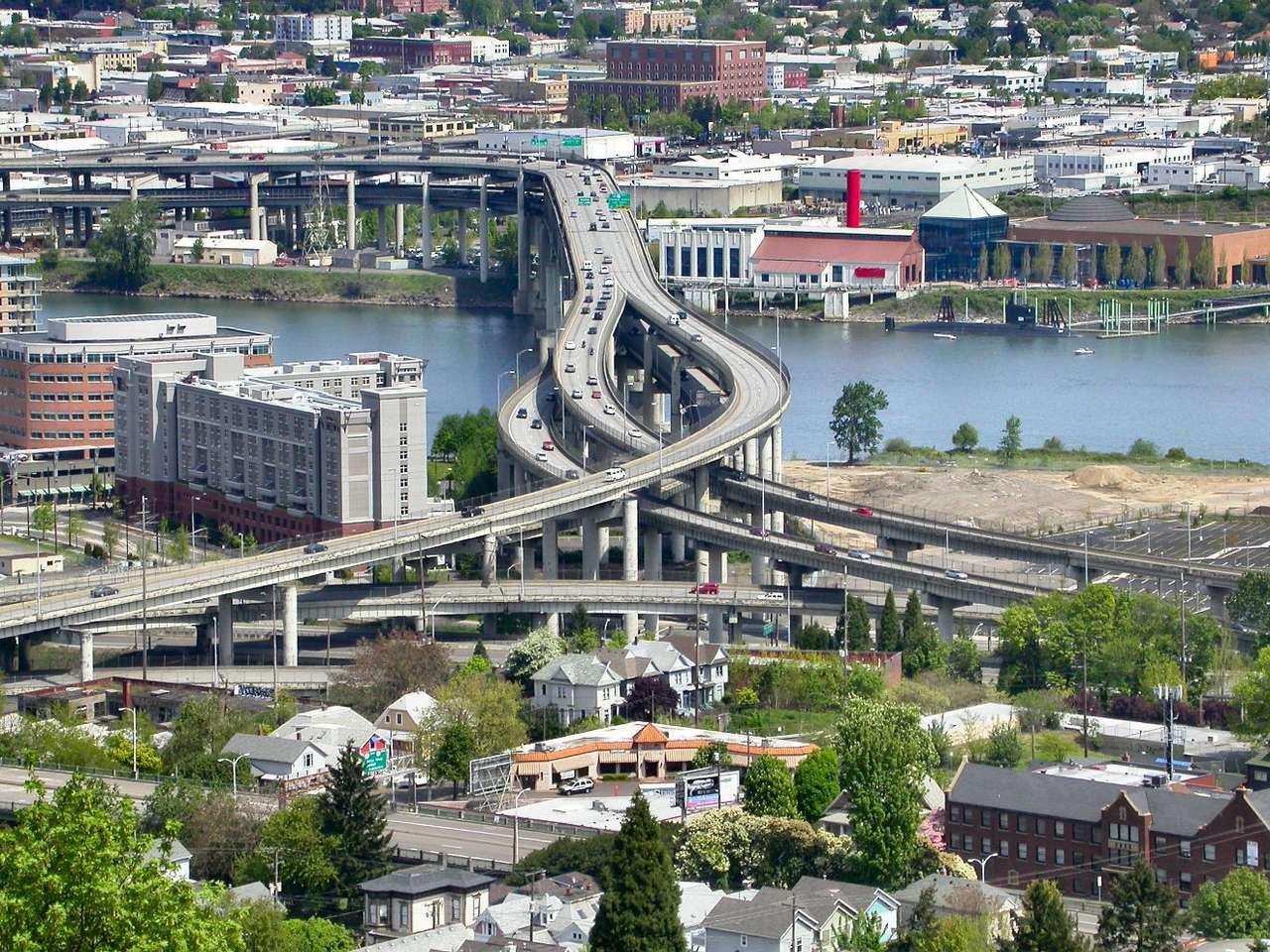 Widok na Portland i Most Marquam (USA) - Most Marquam znajdujący się w Portland w stanie Oregon to powstałe w 1966 roku dwupokładowe autostrady przebiegające nad rzeką Wilamette. Dane mówią, że 3 lata temu dziennie przez most przeje (20×15)