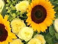 Żółte słoneczniki i róże