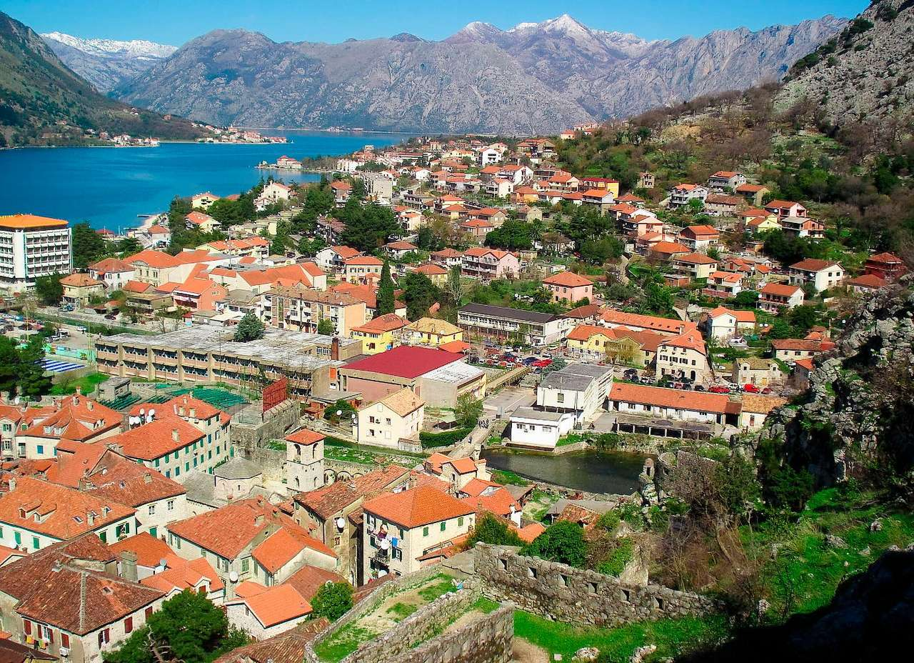 Widok na Zatokę Kotorską (Czarnogóra) - Zatoka Kotorska to jedno z najbardziej malowniczych miejsc przy wybrzeżach Adriatyku. Miasto Kotor, od którego wzięła nazwę zatoka, powstało około IX wieku. Uznawane jest ono za jedno z najwspa (15×10)