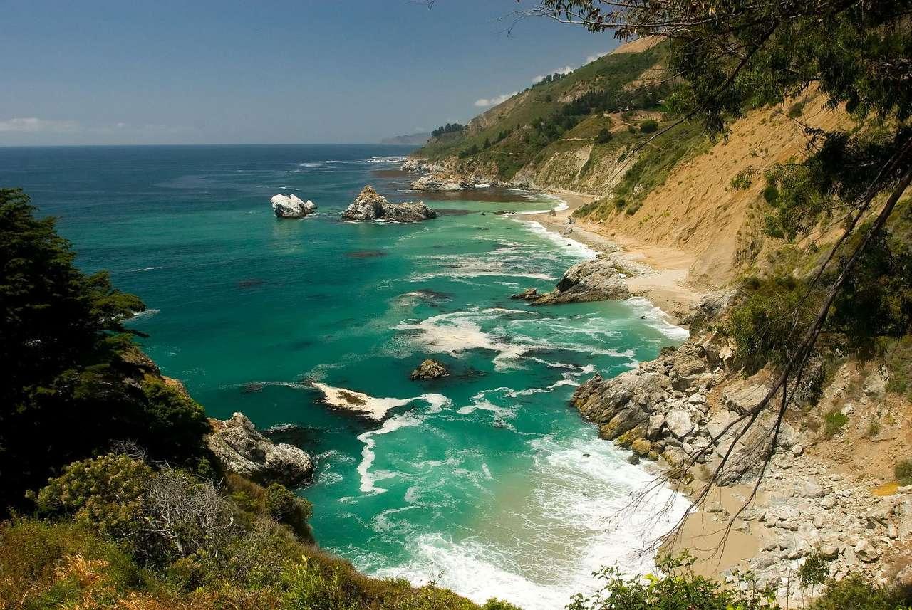 Big Sur w Kalifornii (USA) - Big Sur to liczące 151 kilometrów wybrzeże znajdujące się między półwyspem Monterey a San Simeon. Szczególnie znane z bardzo dużej ilości poszarpanych klifów, co czyni je miejscem atrakcyj (9×4)
