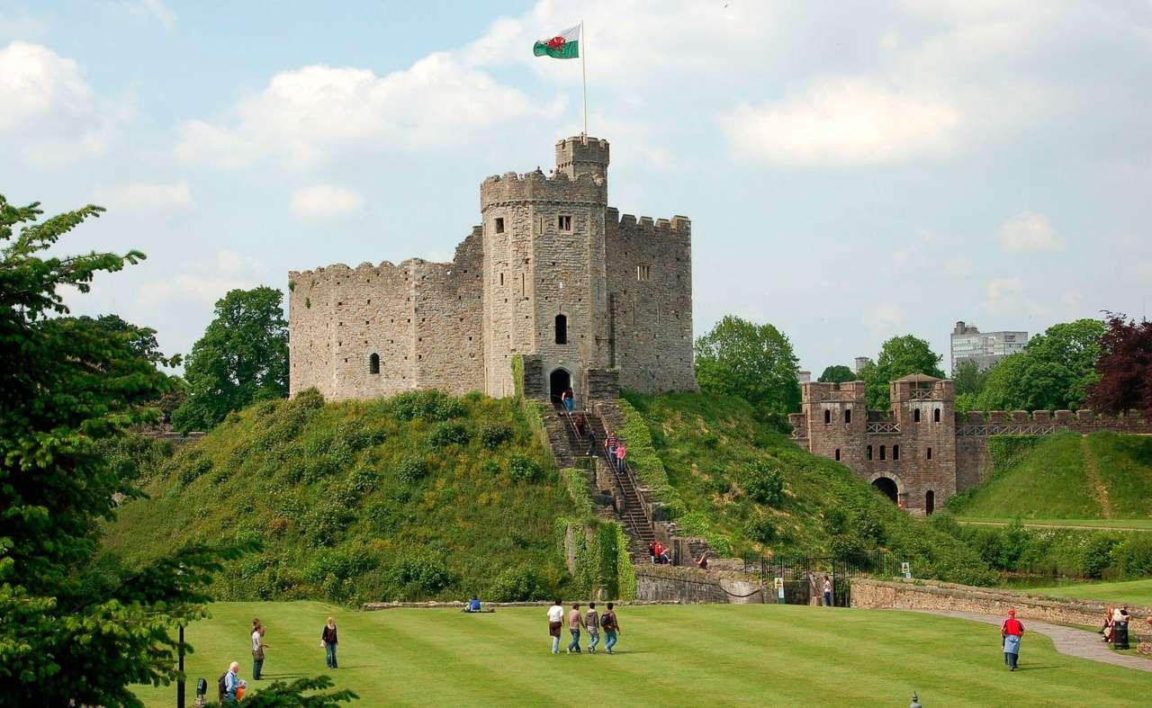Zamek w Cardiff (Wielka Brytania) - Cardiff jest stolicą i największym miastem Walii leżącym nad rzeką Taff. Zamek w Cardiff powstał w I wieku naszej ery. Budowlę tę wznieśli Rzymianie, dla których ważne było przede wszystki (9×6)