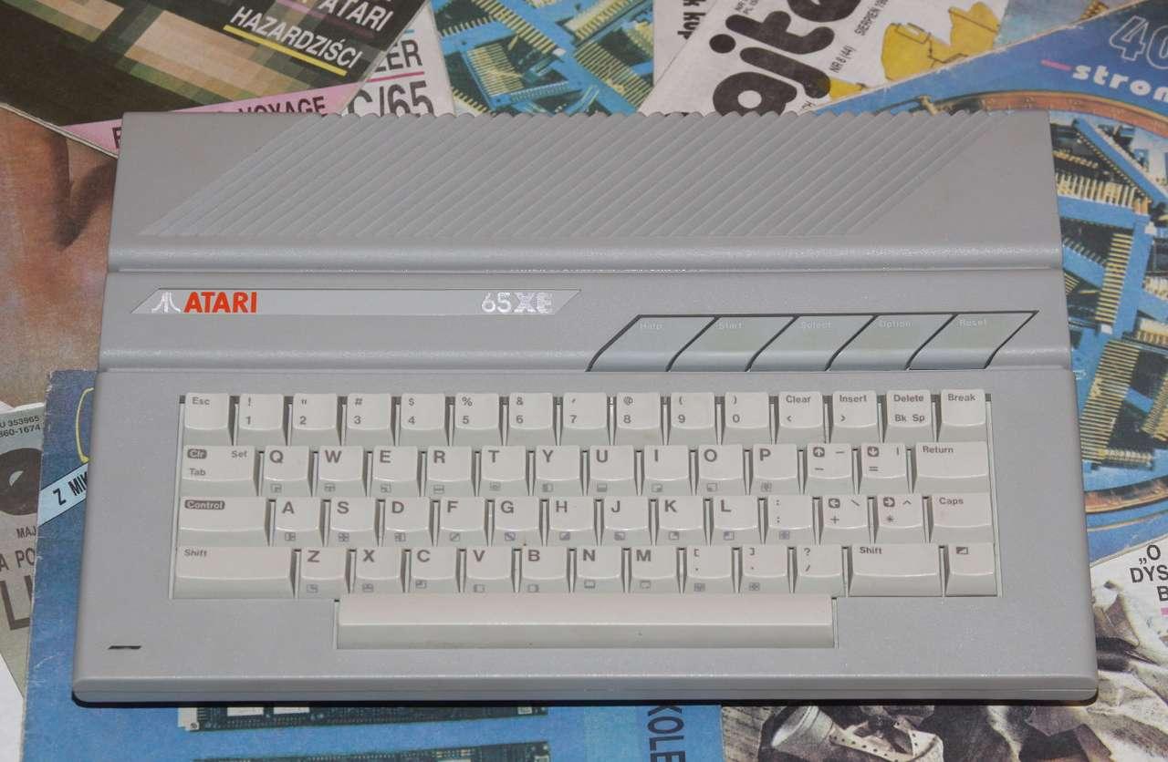 Atari 65XE - Mikrokomputer Atari 65XE został zaprezentowany światu w 1985 roku jako następca modelu 800XL. W Polsce można było go kupić dzięki tzw. prywatnemu importowi, głównie z RFN, a także sprzedaży (14×8)