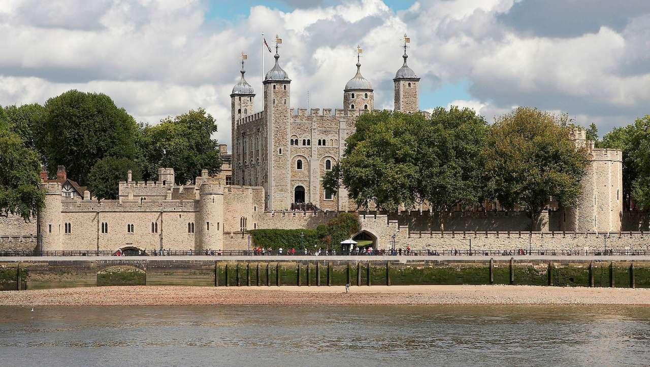 Wieża Londyńska nad Tamizą (Wielka Brytania) - Budowę Wieży (Tower of London) nad rzeką Tamizą w Londynie zapoczątkował Wilhelm I Zdobywca, który zawładnął wyspą po pokonaniu anglosaskiego króla w bitwie pod Hastings w 1066 roku. Wież (12×7)