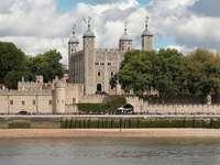 Wieża Londyńska nad Tamizą (Wielka Brytania)