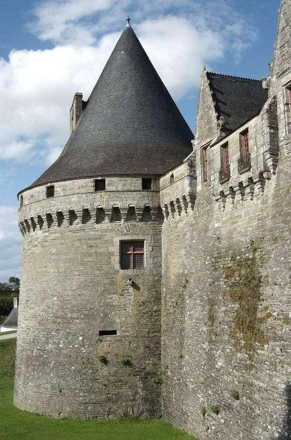Zamek Rohan w Alzacji (Francja) - Zamek Rohan wzniesiony został pod koniec XVIII wieku pod okiem architekta Nicolasa Salins de Montforta na miejscu starego XV-wiecznego zamku. Elewacja budynku ma 140 metrów szerokości i zbudowana j (7×11)