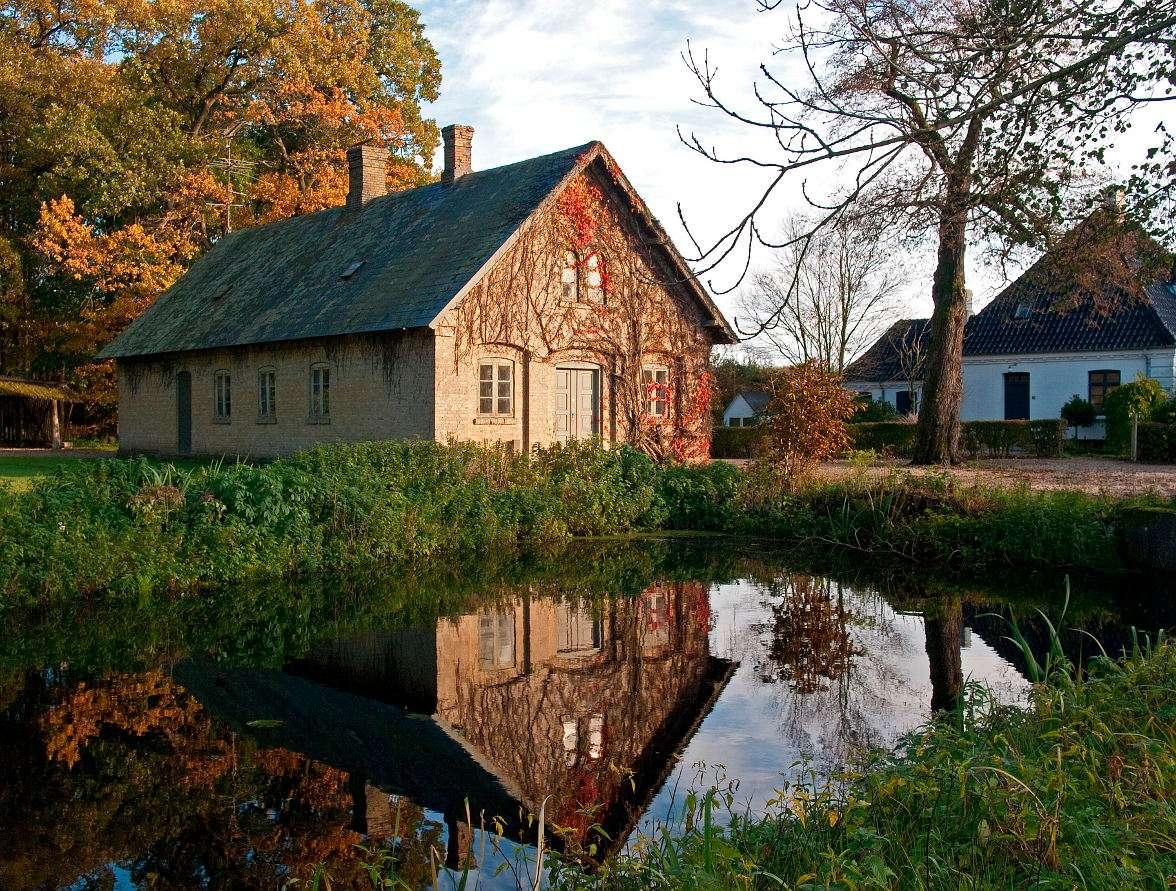 Dom nad jeziorem (Dania) - Domki nad jeziorami w pobliżu lasów to częsty widok w duńskich wsiach. Domki takie znakomicie komponują się z okolicznymi krajobrazami przyrodniczymi, co sprawia, że duńskiej wsie to często s (14×11)