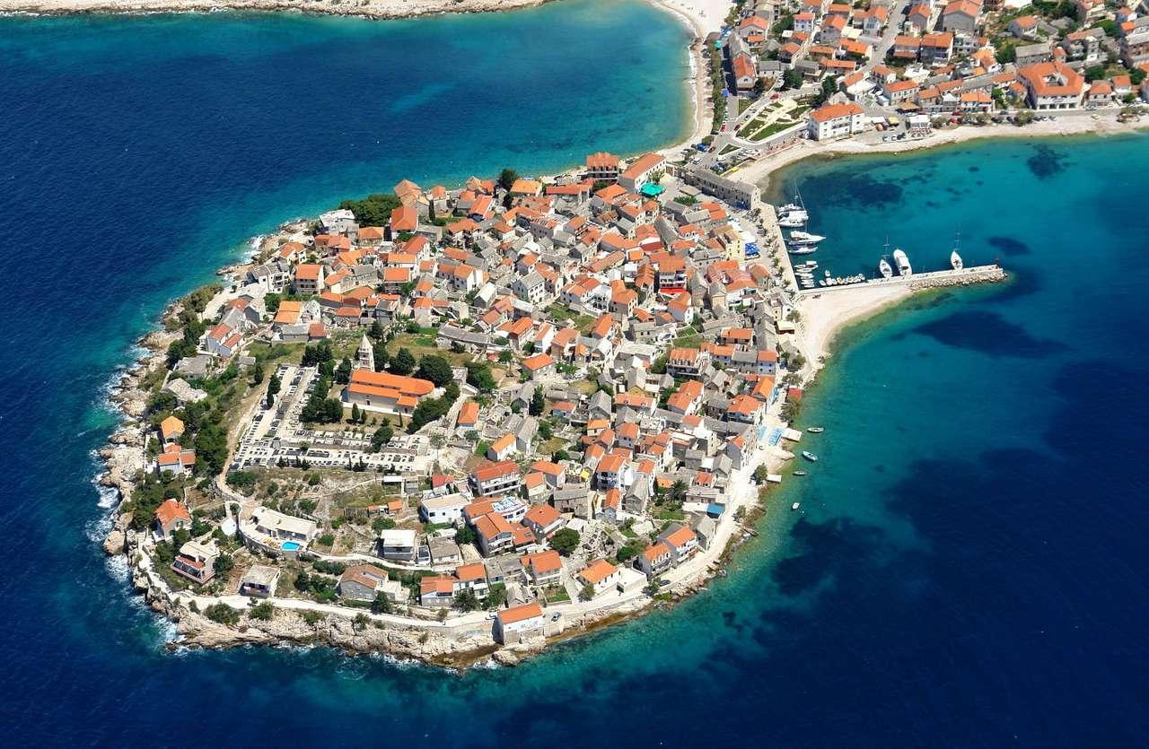 Primosten (Chorwacja) - Primosten to miasto leżące w południowej części Chorwacji, między zatokami Primosten i Raduca. Niegdyś Primosten było osobną wysepką w pobliżu lądu. W 1542 roku, podczas inwazji tureckiej, (15×10)