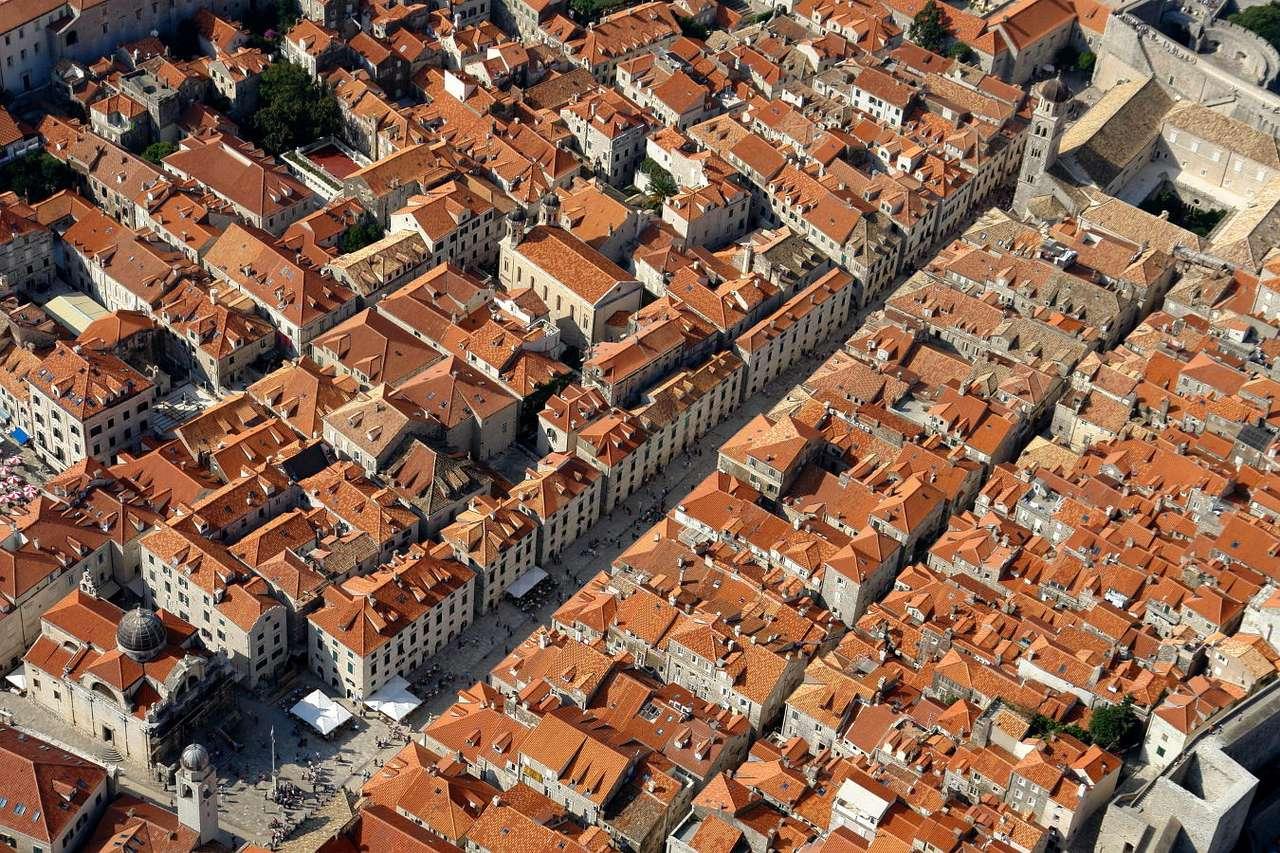 Panorama Dubrownika (Chorwacja) - Dubrownik to miasto portowe w Chorwacji położone nad Morzem Adriatyckim. Charakterystyczne dla miasta są 2-kilometrowe mury obronne z XIV wieku. Przebudowywane kilkakrotnie mierzą nawet do 25 metr (15×10)