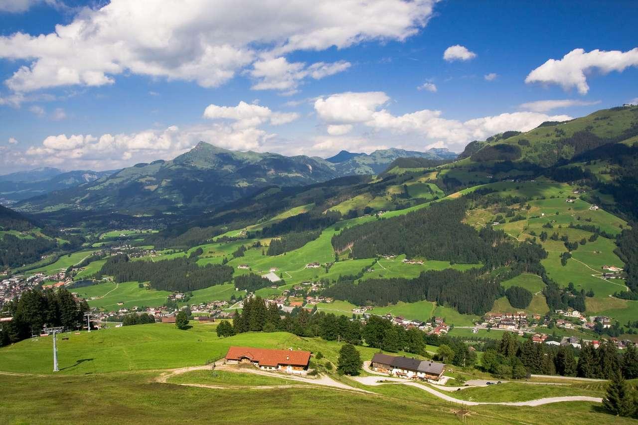 Widok na Tyrol (Austria) - Austriacki Tyrol to miejsce wypoczynku masy turystów, których przyciąga multum atrakcji. Znajdują się tam świetnie rozwinięte ośrodki wypoczynkowe, liczne uzdrowiska i miejsca do uprawiania sp (15×10)