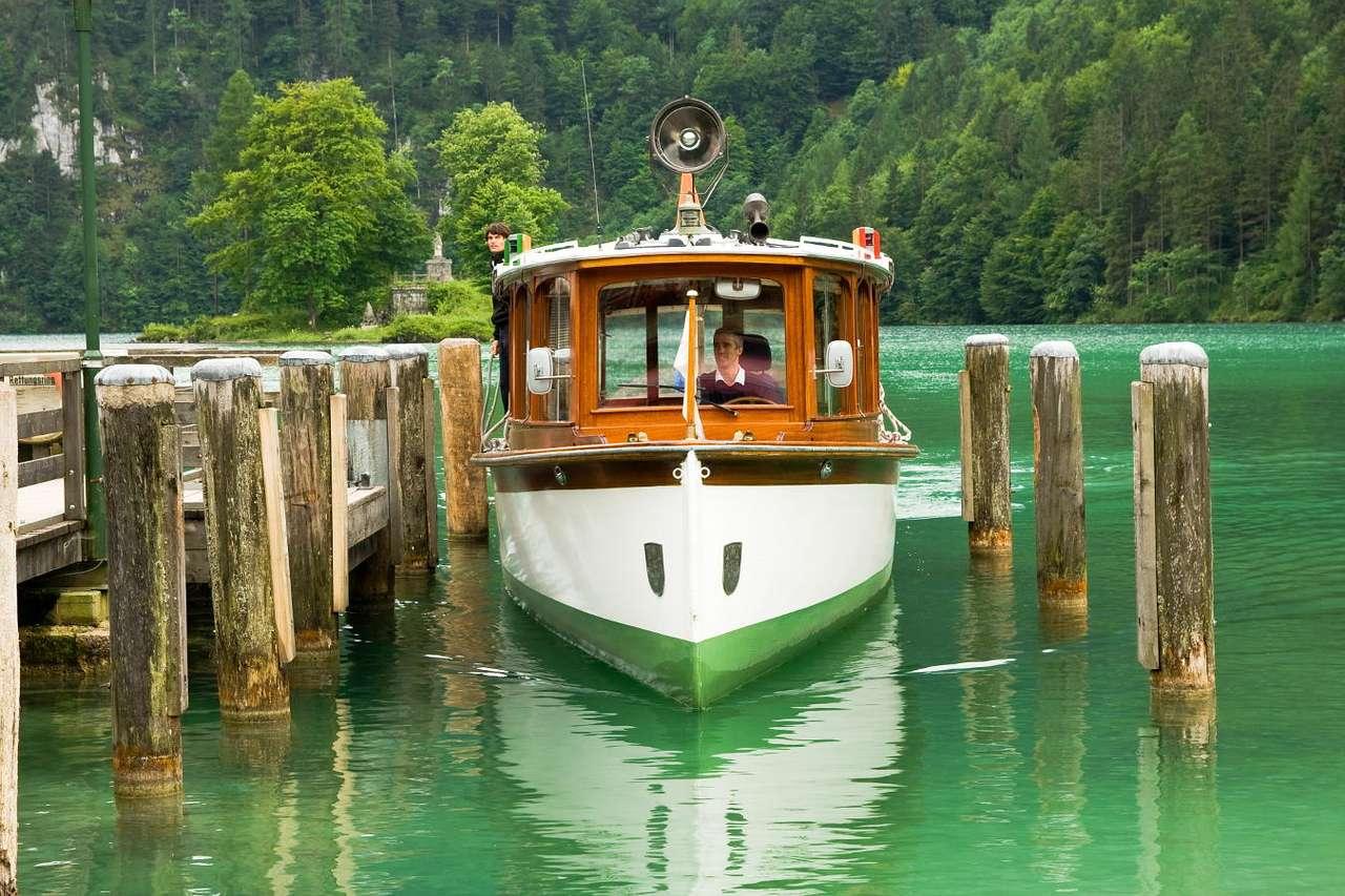 Rejs łodzią - Dawniej łodzi używano tylko i wyłącznie jako środka transportu. Podróżowano nimi przez wody jedynie po to, by dostać się z jednego lądu na drugi. Z biegiem czasu łodzie zaczęto wykorzystyw (15×10)