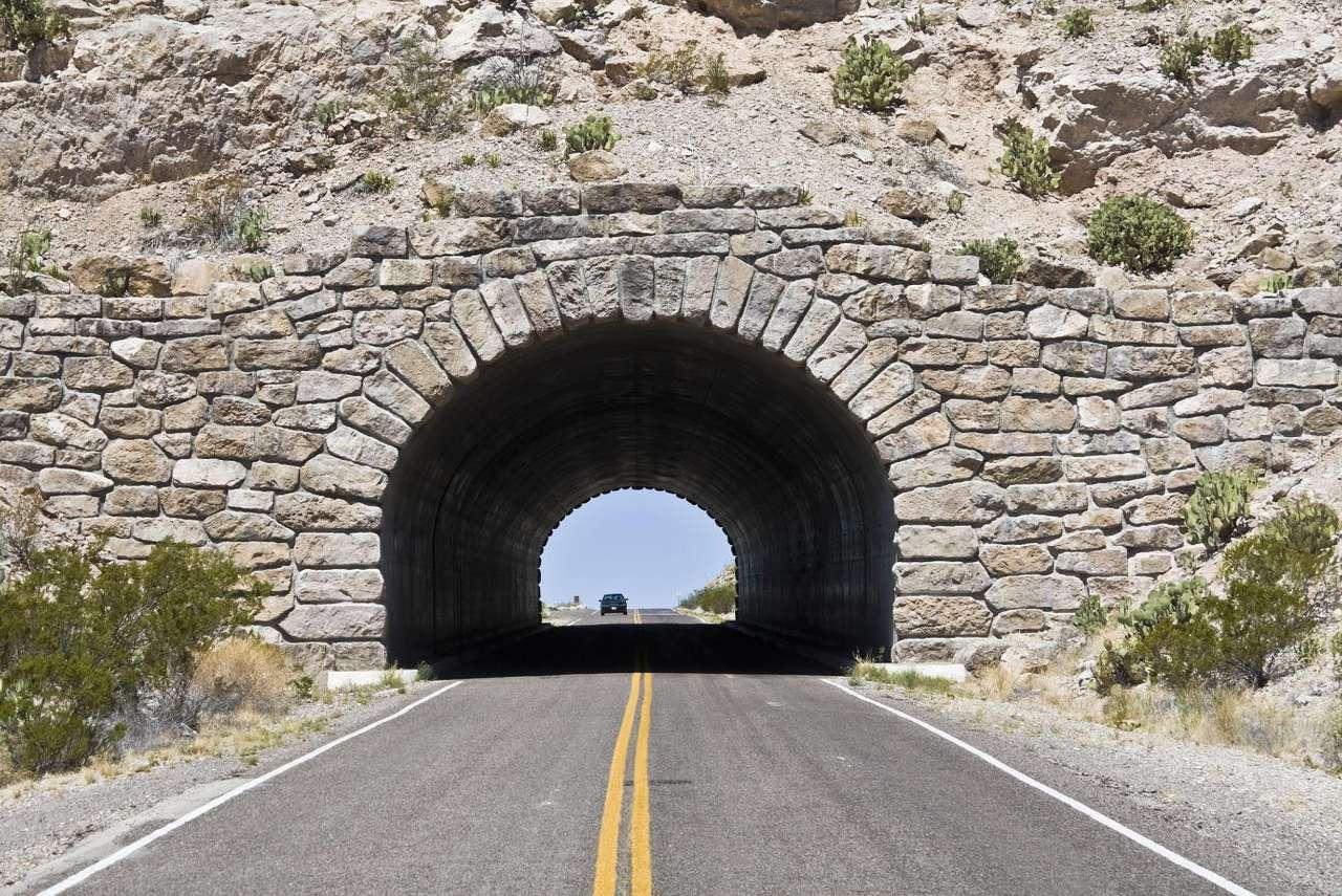 Tunel w Parku Narodowym Big Bend (USA) - Park Narodowy Big Bend położony jest w stanie Teksas w Stanach Zjednoczonych. Utworzony został w 1944 roku i obejmuje powierzchnię ponad 3200 km kwadratowych (jest to jeden z większych parków na (11×7)