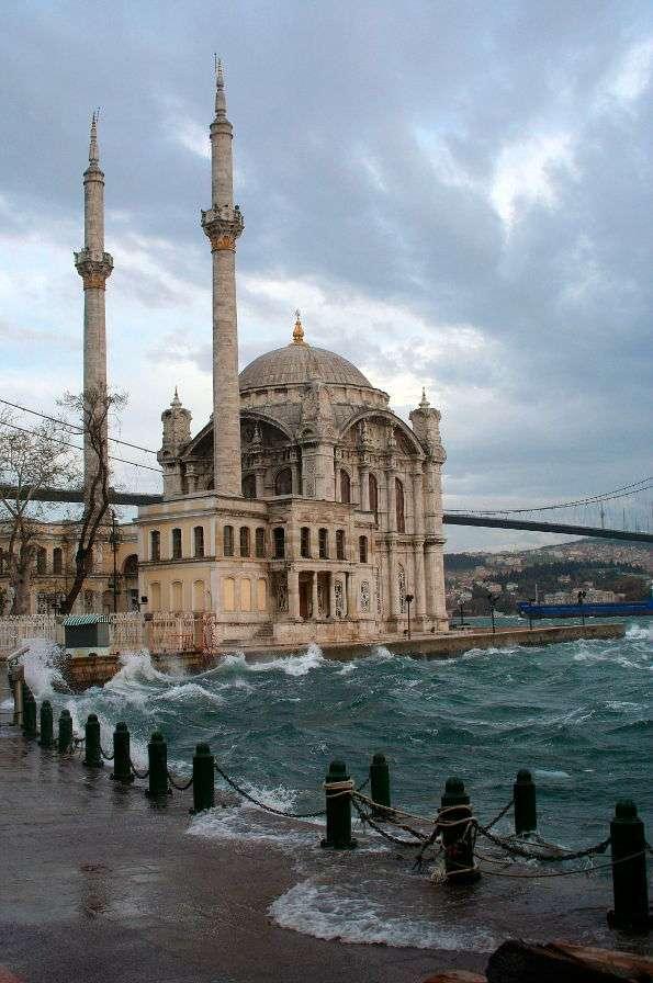 """Meczet Ortakoy w Stambule (Turcja) - Ortakoy dosłownie znaczy """"wioska pośrodku"""". Meczet Ortakoy znajduje się na nabrzeżu miasta Stambuł. Budowla została wzniesiona w XIX wieku, nieznana jest jednak dokładna data. Meczet jest zbudo (5×7)"""