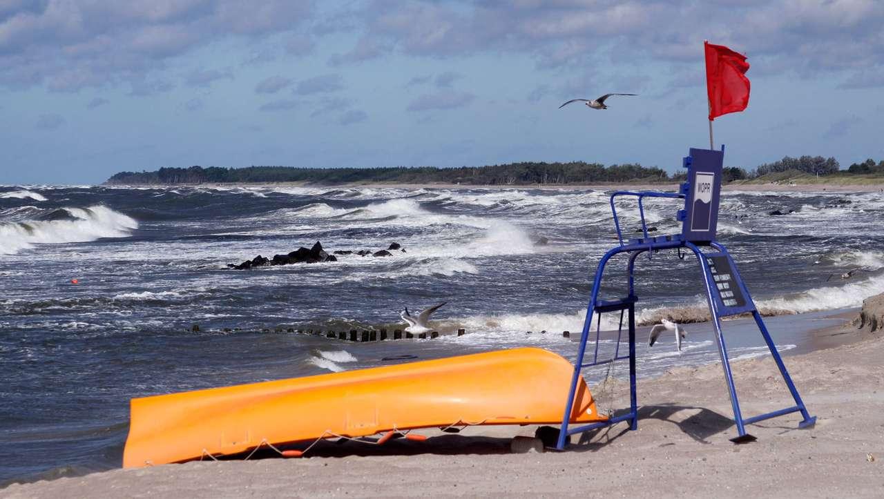 Plaża w Darłówku - Darłowo, jako miejscowość wypoczynkowa, jest oblegana przez turystów. Ze względu na dużą ilość odwiedzających nadmorskie miejscowości, Wodne Ochotnicze Pogotowie Ratunkowe ustawia na plaży (13×7)