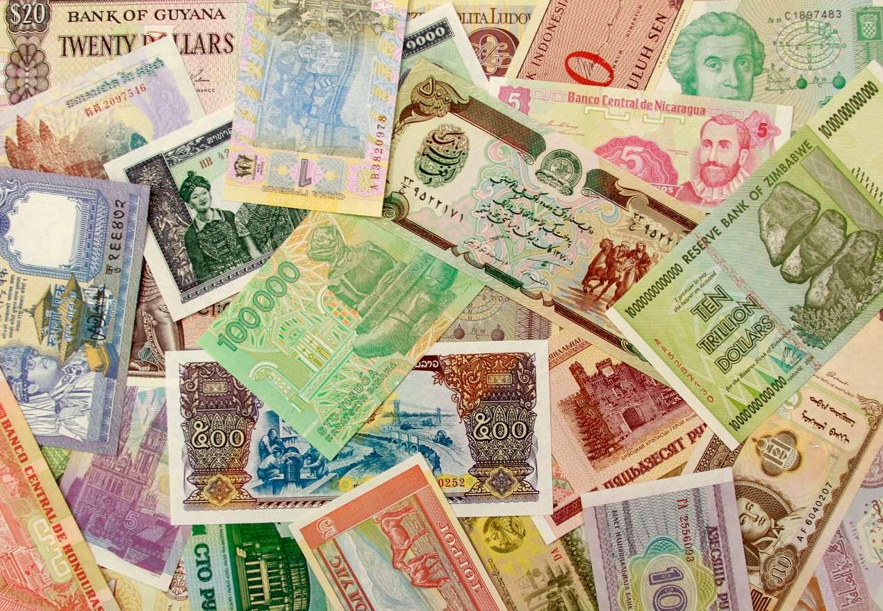 """Banknoty - Słowo banknot wywodzi się od niemieckiego słowa """"Banknote"""", co pierwotnie oznaczało kwit bankowy. Dziś banknoty to papierowe pieniądze emitowane przez banki centralne. Pieniądze te są prawnym (31×22)"""
