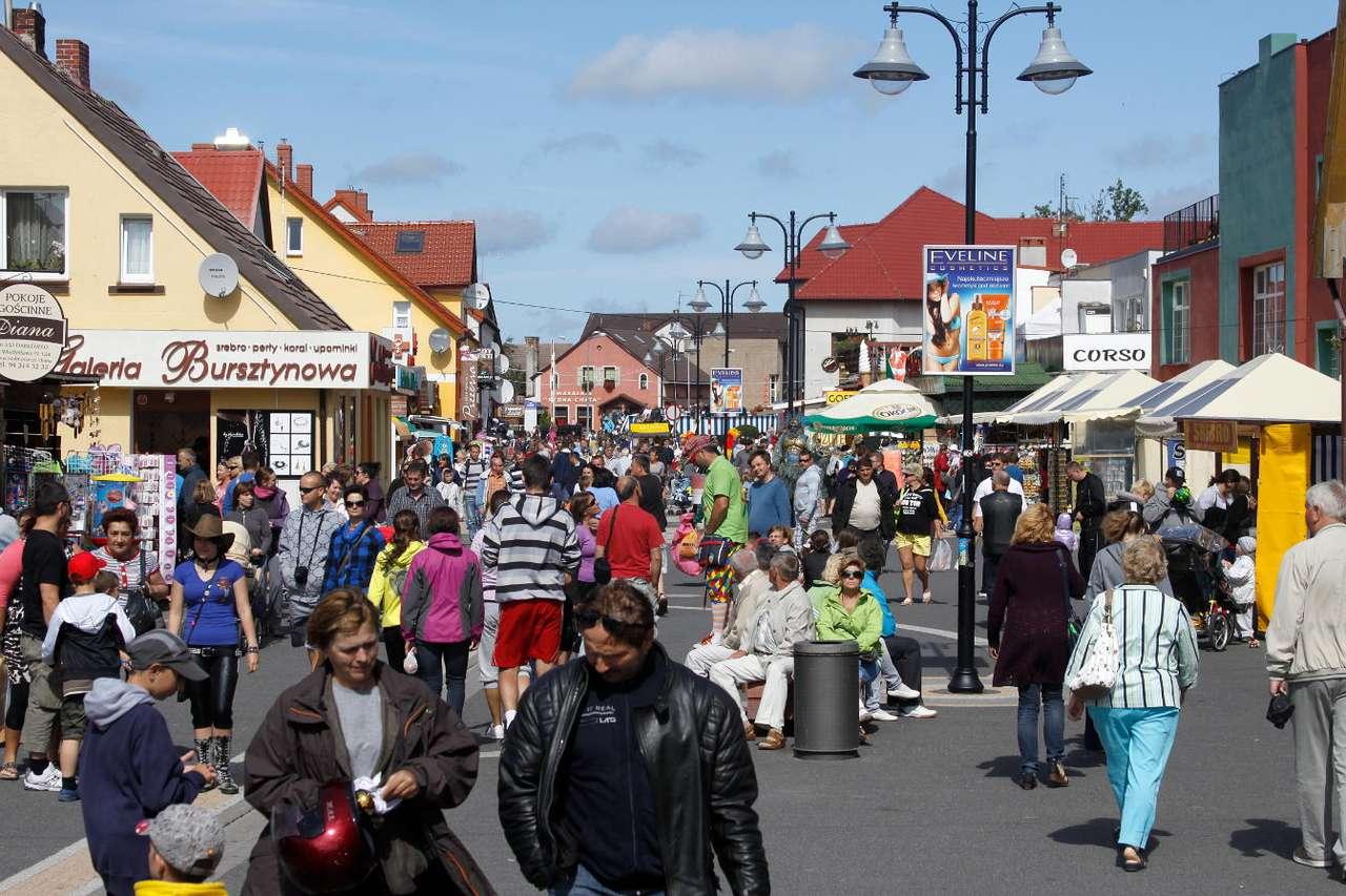 Deptak w Darłówku - Ulica Władysława IV w Darłówku to deptak w nadmorskiej dzielnicy Darłowa. Darłowo to miejsce, które szczególnie tętni życiem w sezonie letnim. Wiele osób spotyka się właśnie na deptaku (12×8)