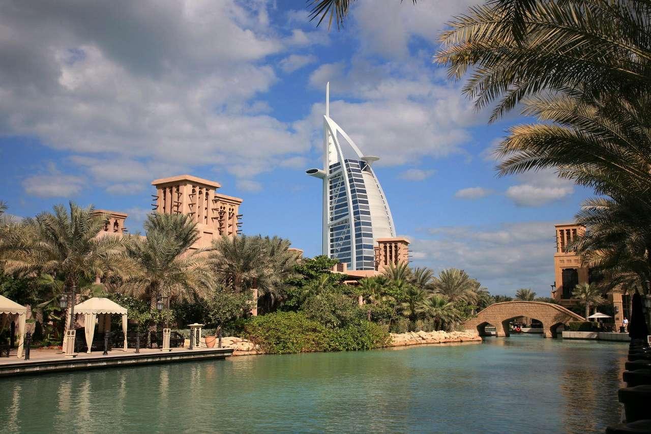 Hotel Burj Al Arab (ZEA) - Zjednoczone Emiraty Arabskie to państwo arabskie za Bliskim Wschodzie leżące nad Zatoką Perską i Omańską oraz graniczące z Arabią Saudyjską, Katarem i Omanem. ZAE składają się z siedmiu e (9×6)