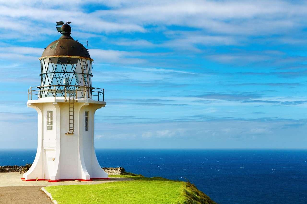 Latarnia Cape Reinga (Nowa Zelandia) - Latarnia Cape Reinga została wzniesiona w 1942 roku. Pod koniec lat 80. XX wieku latarnię w pełni zautomatyzowano, co skutkowało wycofaniem latarników. Dziś latarnia sterowana jest z Wellington (10×7)