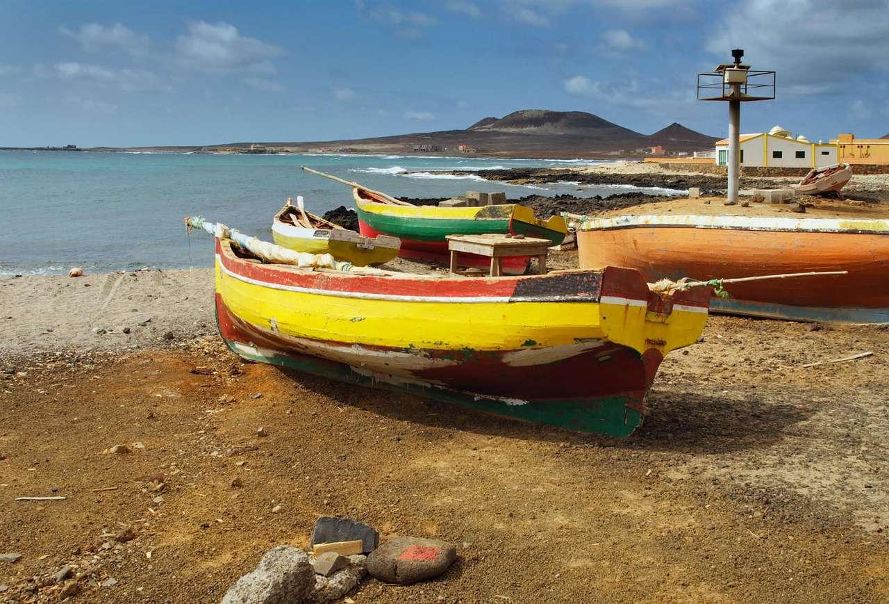Łódź rybacka u wybrzeży Republiki Zielonego Przylądka - Republika Zielonego Przylądka jest państwem wyspiarskim na Oceanie Atlantyckim. W państwie tym wielką rolę odgrywa rybołówstwo. Lokalni rybacy posługują się mało zaawansowanymi technologicz (10×7)